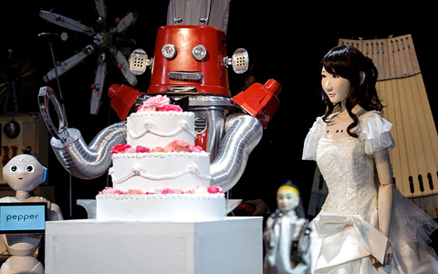 First robot wedding in Japan takes place and even ends with a kiss