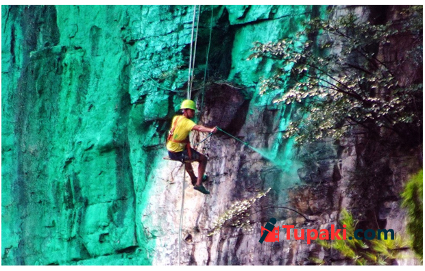 Man in southwestern China hires workers to paint 900m cliff