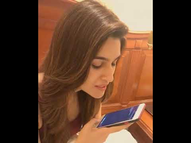Kriti Sanon Fun With Apple Siri