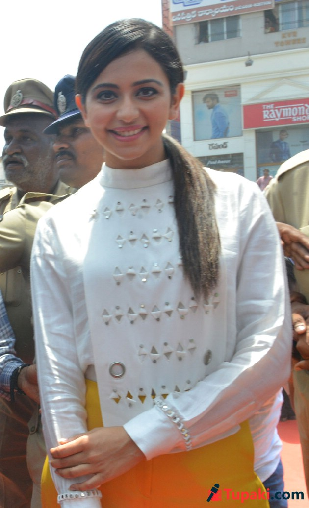Rakul Preet Singh Big C Mobile Lucky Draw at Nellore Photos