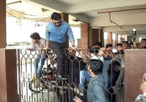 Hero Suriya Jumps Gate to Escape From Fans
