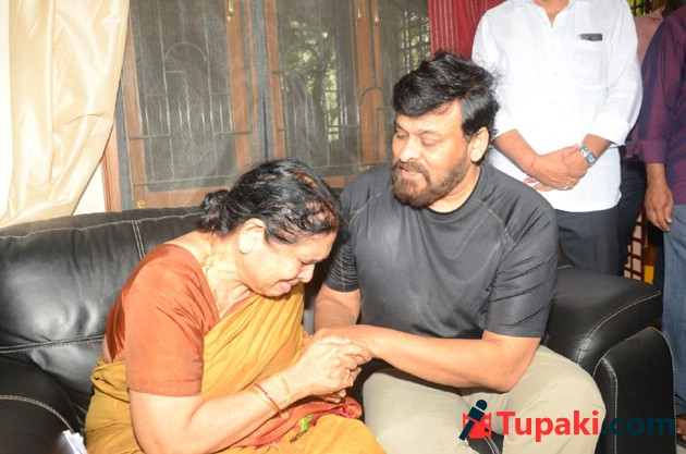 Chiranjeevi and allu aravind has paid tribute to Nandagopal Photos