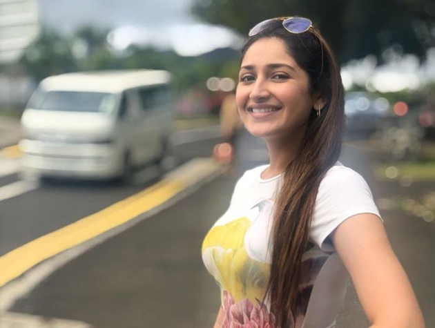 Arya Sayesha Honeymoon Pics