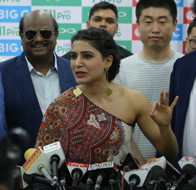 Samantha Launches Oppo F11 pro at Big C Mobiles Vijayawada