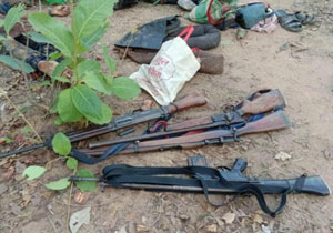 Pakistan Army Weapons with Maoists