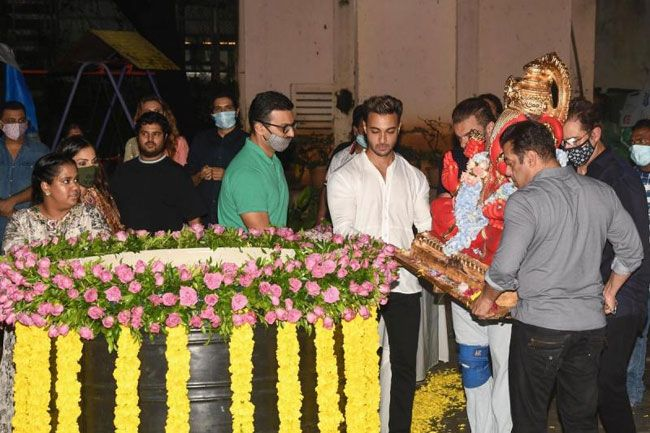 salman khan and Hrithik roshan Ganesh Visarjan In Pictures