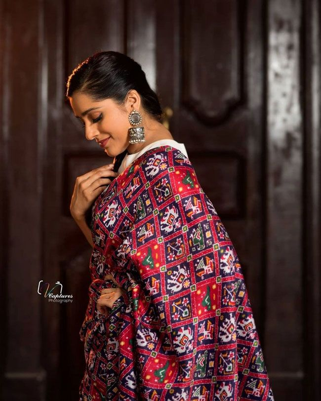 Rashmi Gautam posed for photos in a saree