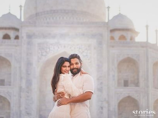 Allu Arjun Joyful Poses At Taj Mahal