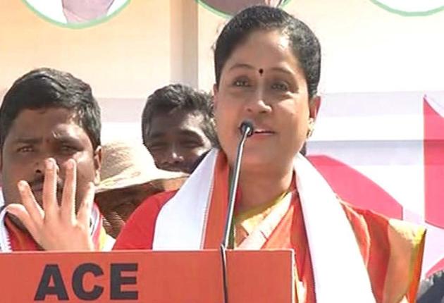 Vijayashanti Fires on KCR Over Federal Front