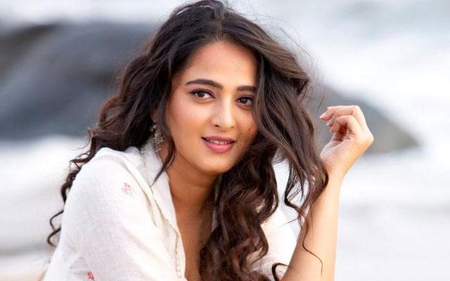 Anushka In Sye Raa Movie Song Along With Tamanna