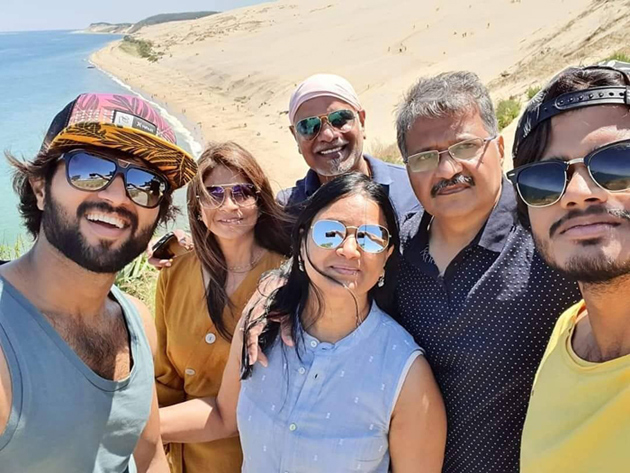 https://content.tupaki.com/twdata/2019/0619/news/Vijay-Deverakonda-Vacation-With-His-Family-1559471320-1836.jpg