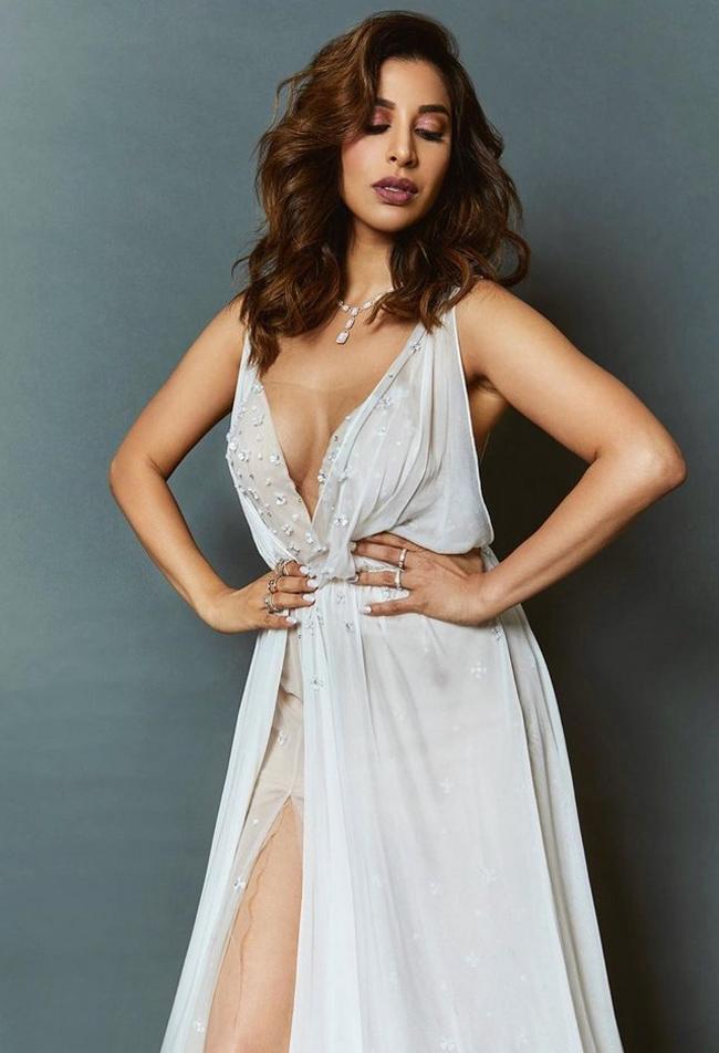 Pic Talk Ravishing Lady In Revealing Outfit