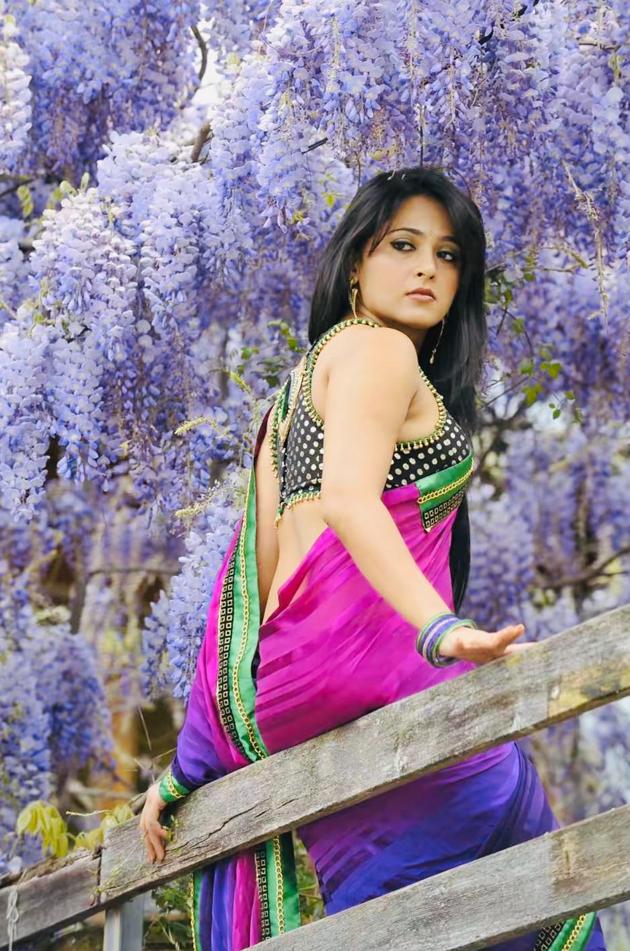 Anushka Shetty Shows her Back