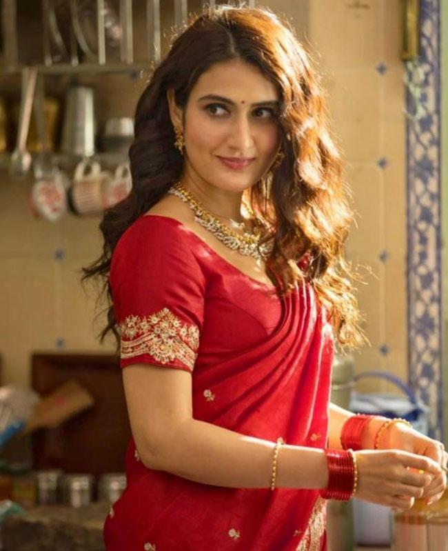 Fatima Sana Shaikh looks Hot in Red Saree