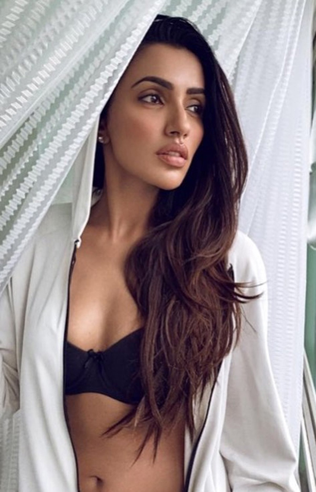 Akshara Gowda Glamorous Pose