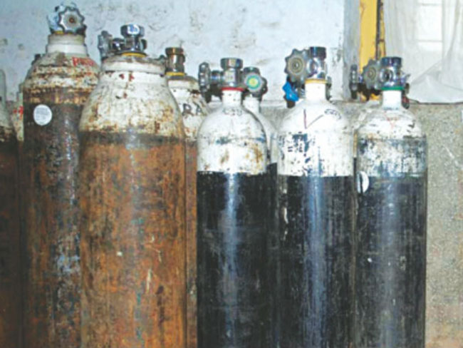 Oxygen cylinders Illegal business in Hyderabad ... Rs.One lakh each Cylinder