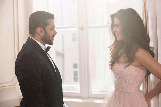 Salman khan gives birthday surprise to Katrina ...!