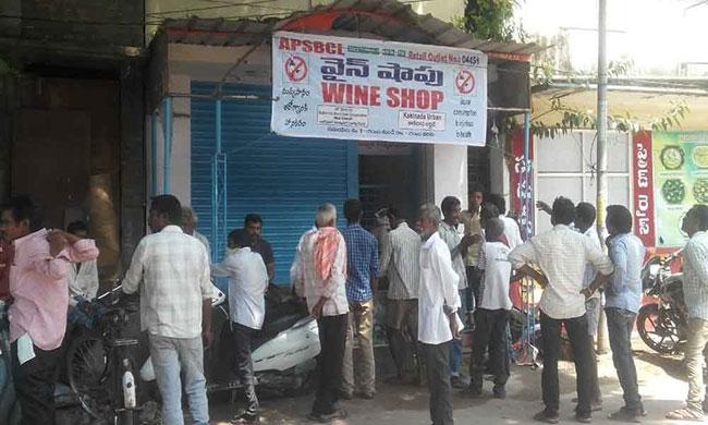 Women Attack on Government Liquor Store in AP