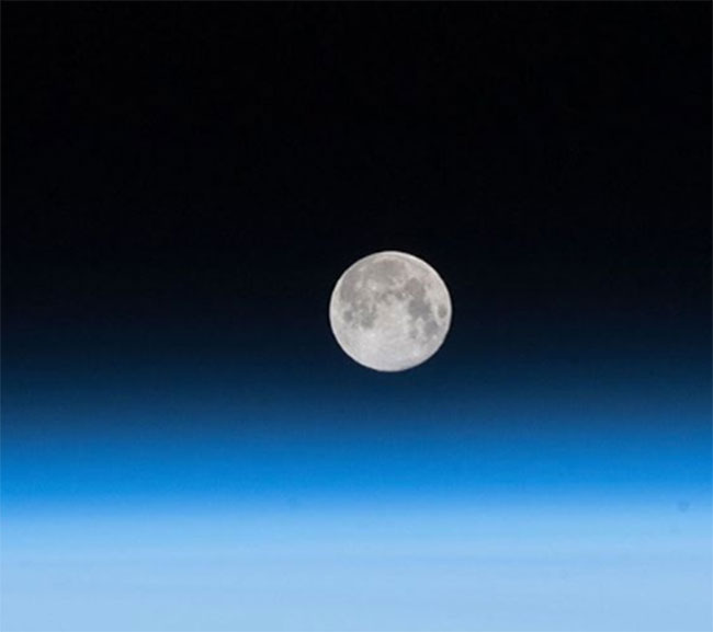 There is water on the moon .. NASA sensational announcement