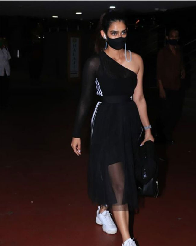 Akansha Singh Latest Stunning Pose At Airport