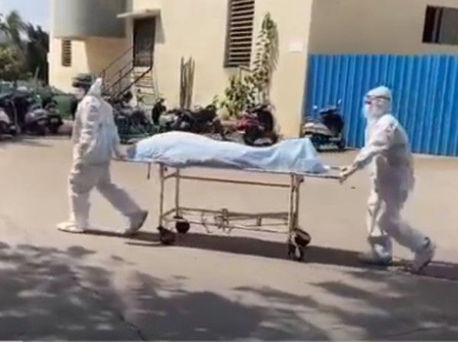 dead body on stretcher Corona tests next to it ..