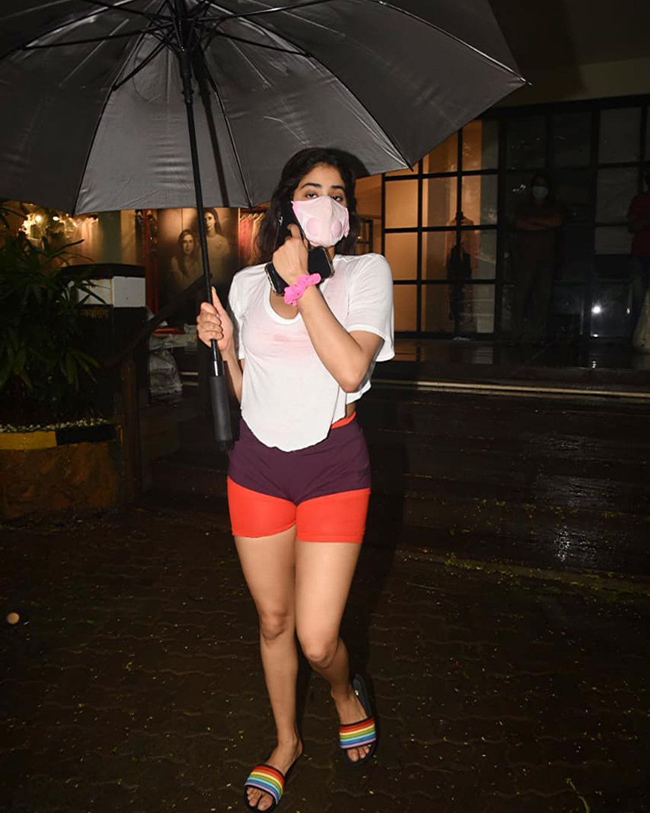 All eyes were on janhvi kapoor as she walked out in the rain