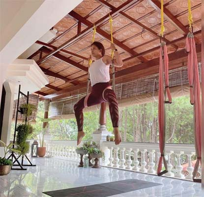 Telugu Actress Anjali floated in the air like a plane